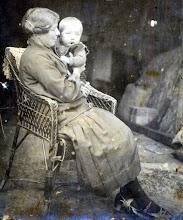 Photo: Roelfien Vedder-Lanjouw met zoon Roelof (1928) Naweg 1