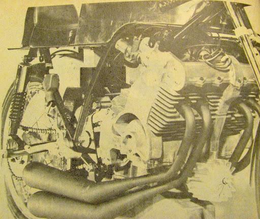 Le moteur de la 350 KRM vu du coté droit.