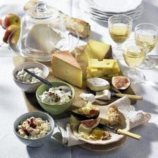 Käseplatte und dreierlei Dips
