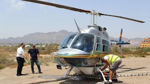 Helicóptero fumigador de la empresa Lokimica, en la visita del alcalde.