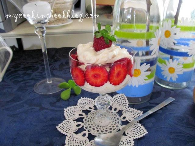 Крем със сметана, цедено кисело мляко, целувки и плодове