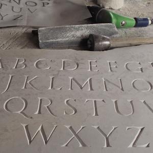 Gravure sur pierre en V au ciseau