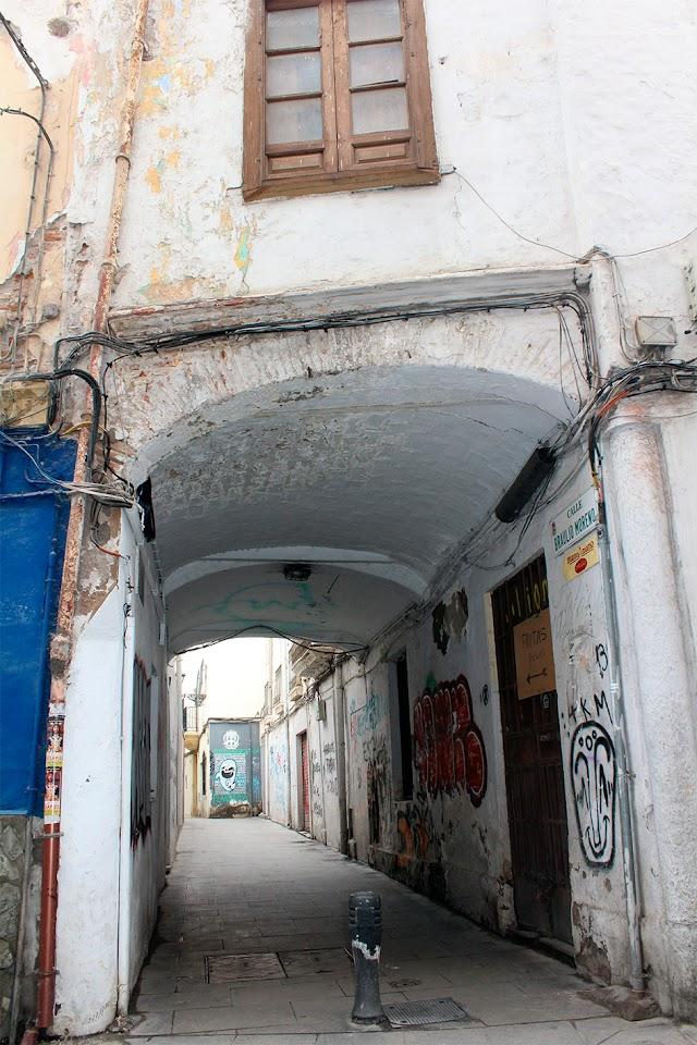 Entrada a la calle Braulio Moreno desde la calle Real, a través del antiguo Arco.