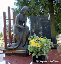 Photo: Cmentarz św. Franciszka w Łodzi. Posąg młodej, o delikatnej urodzie, zamyślonej dziewczyny, klęczącej nad grobem rodziny Muszyńskich. Opuszczone na lewym kolanie ręce, splecione modlitewnie dłonie i pochylona głowa, wyrażają cichy melancholijny smutek i zadumę. Dziewczyna odziana jest w lekką cienką suknię, opadająca fałdami ku dołowi skąd wystają bose stopy.