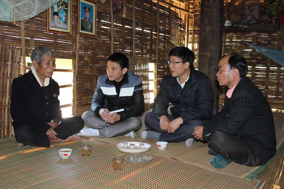 Tác giả (người đeo kính) trong lần gặp già làng La Văn Yêu ở bản Cò Phạt, xã Môn Sơn, huyện Con Cuông
