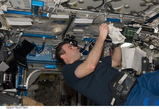 Chamitoff works with the MELFI in the U.S. Laboratory during Expedition 17