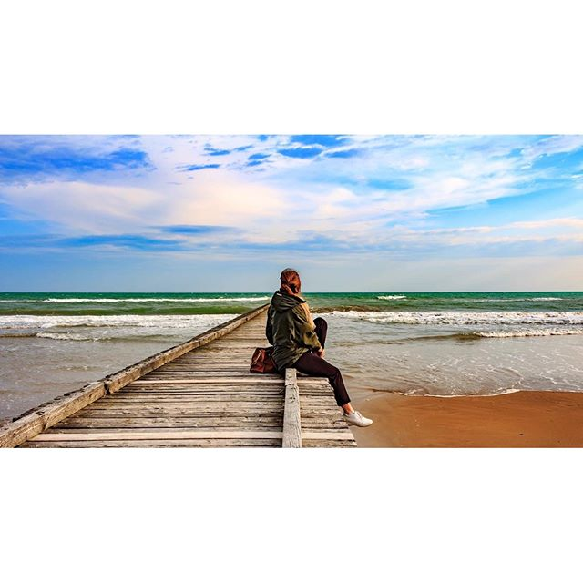 Springtime.    #beach #beachlife #seascape #sea #beachlandscape #spring #doyoutravel #neverstopexploring #igerveneto #igersitaly #people #bluesky #blue #ig_italy #ig_jesolo #igersjesolo #clouds #thenonphotographer #thecreatorclass #tv_living #global_hotsh di thenonphotographer