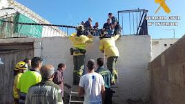 Agentes de la Guardia Civil y del Infoca, durante el rescate.