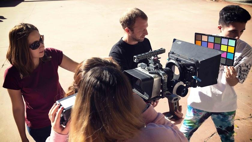 Alumnos de la escuela almeriense durante la realización de un trabajo práctico con cámaras.
