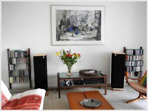 Photo: *WOODandMORE-Produkte beim Kunden* Das CD-Regal aus Nussbaum, die TV-Bank aus Nussbaum mit Klarglasscheiben und die QUADRA Aktenregale mit 3 Glasböden in Ihrer natürlichen Umgebung - im Wohnzimmer eines Kunden.  Wir finden, es sieht sehr edel aus! Vielen herzlichen Dank für die wunderbaren Fotos. https://www.woodandmore.de/16_cd-regale/cd-regal-nussbaum-holz-mit-glasboeden__6080.htm https://www.woodandmore.de/21_tv-moebel/vollholz-tv-bank,-couchtisch,-hifi-board-aus-nussbaum__6136.htm