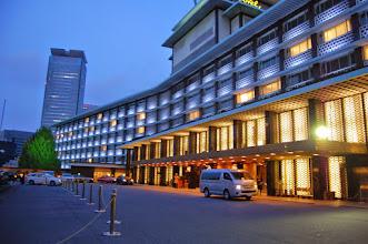 Photo: entrée de l'hôtel Okura le soir