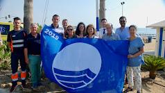 Alcaldesa y concejales con una de las banderas azules.