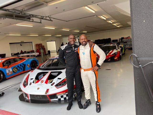 队友Tschops Sipuka,左和Xolile Letlaka与他们的Lamborghini在东伦敦的SA耐力系列之前。