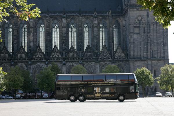 Photo: Krönungswelle in Magdeburg vor dem Dom.