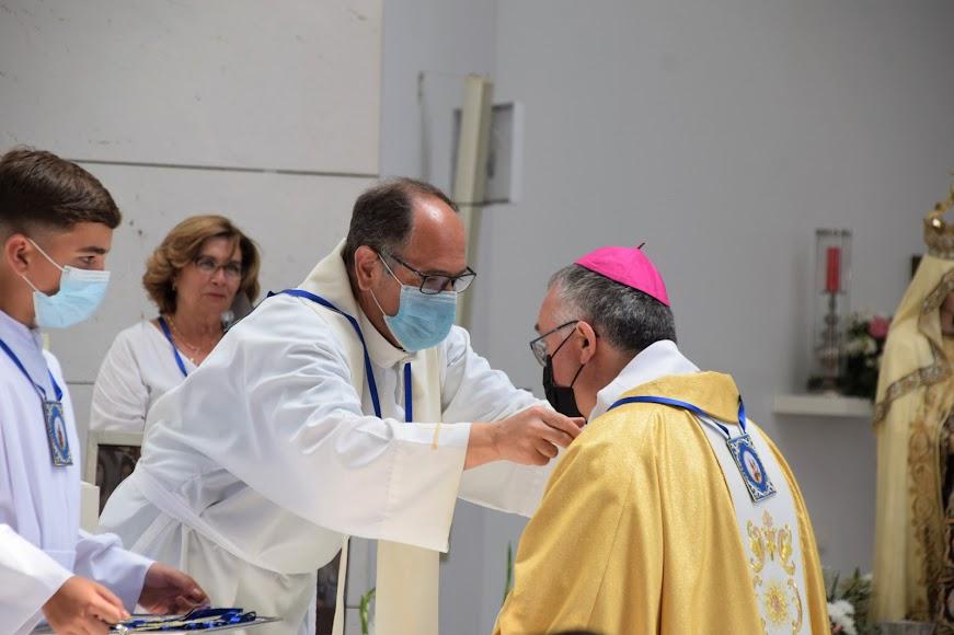 El obispo recibió el escapulario en la festividad de Santa Ana.
