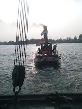 Photo: De bok gaat tijdens de vlootschouw weer achter de Jan de Sterke. Foto: R. Beijer
