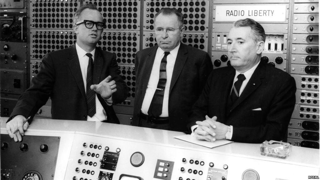 В САМОМ СЕРДЦЕ: Глава техотдела Ричард Танксли (слева) демонстрирует технический зал радиостанции, 1964 год