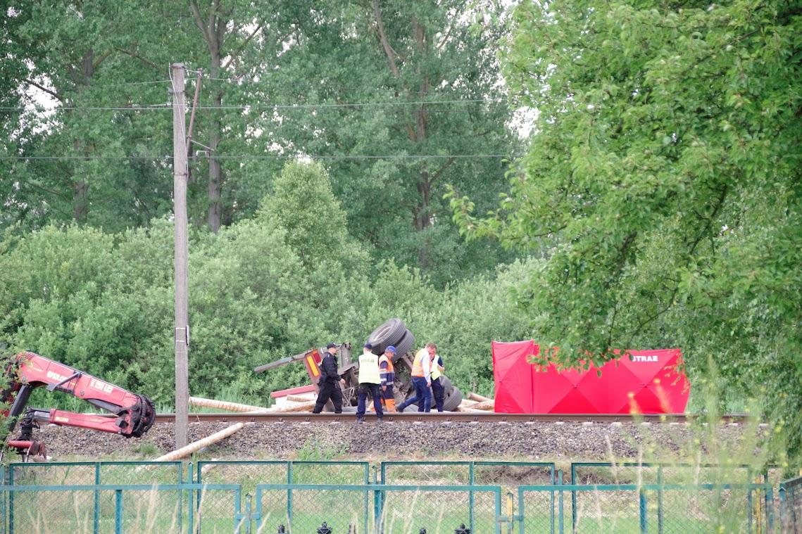 Der LKW beladen mit Baumstämmen wurde noch einige hundert Meter vom Treibfahrzeug mitgeschleift. Hinter der roten Sichtschutzwand liegt der tote LKW-Fahrer. Foto: Andreas Schwarze/Polen.pl