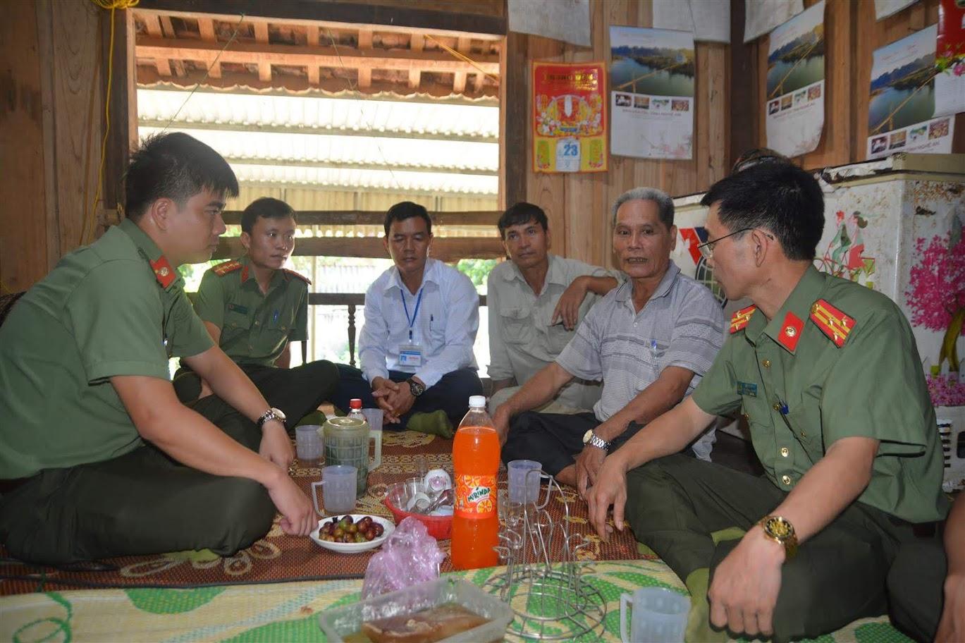 Lãnh đạo 02 đơn vị và chính quyền xã Mường Nọc thăm hỏi sức khỏe và trò chuyện động viên thương binh Lương Quốc Dân, 68 tuổi, hiện sinh sống tại bản Mướng Mừn
