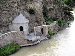 Photo: Tässä kohtaa stoori meni jotenkin siten, että jossain vaiheessa Tbilisin historiaa runsaasti vääräuskoisia oli tapettu ja heitetty tähän jokeen - mutta sitten joku katui ja rakensi tämän pienen kirkon joen partaalle