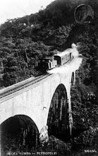Photo: Trem descendo a serra pela Estrada de Ferro Leopoldina Railway, passando pelo viaduto da grota funda, de pé até hoje. Grande obra de engenharia para a época em que foi constrído (1884)
