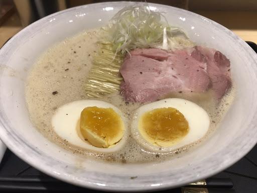 豚骨醬油+味玉 湯很濃郁 叉燒也很好吃!