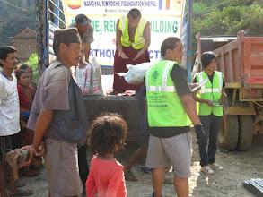 Photo: Voluntarios haciendo el reparto de arroz en la aldea de Khalte, distrito de Dhading.