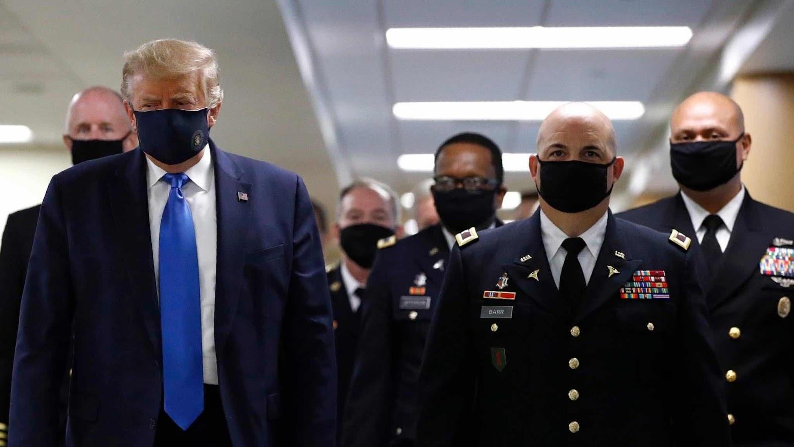 TT Trump đến thăm Trung Tâm Quân Y Quốc Gia Walter Reed ở ngoại ô Washington DC, tiểu bang Maryland ngày thứ Bảy 11/7. Tất cả mọi người kể cả mật vụ và các tướng lãnh đều đeo khẩu trang.