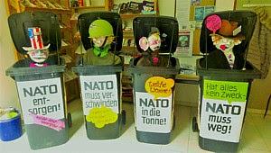 Kleine Mülltonnen: «NATO in die Tonne!».