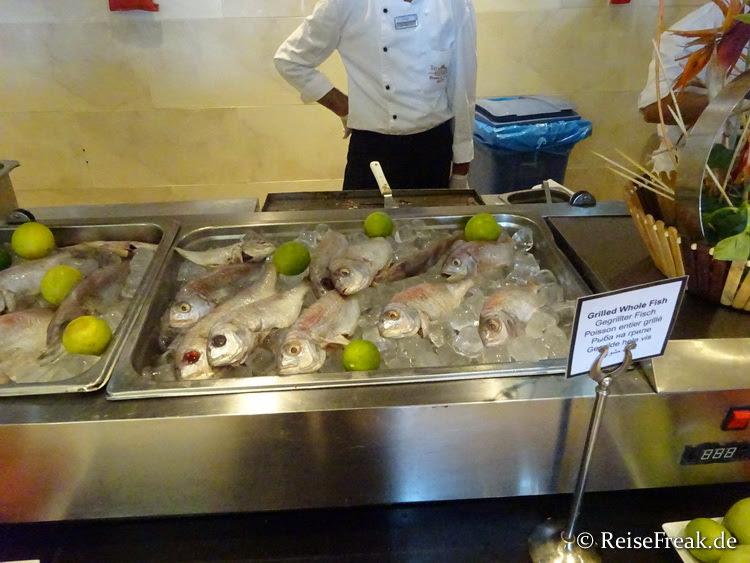 Spezialität der Küche: Auf Zuruf frisch gegrillter ganzer Fisch