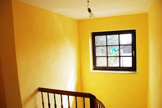 Photo: Treppenhaus mit gelber Wischtechnik. Durch die Wolligkeit der Wischtechnik gewinnt das Treppenhaus an weite. Durch den gelben Farbton wirkt alles fröhlich, wie Morgensonne.