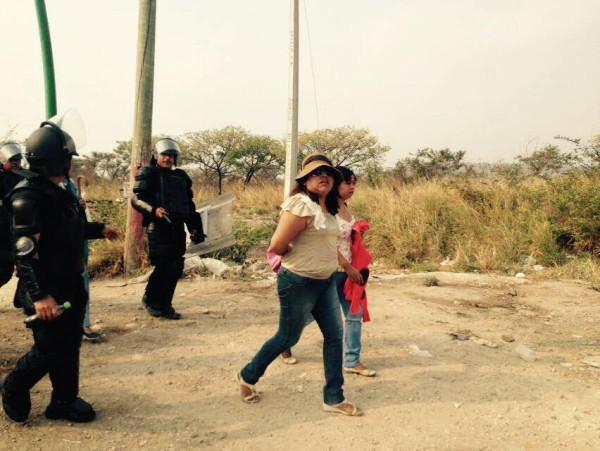 Maestras de la CNTE detenidas durante manifestaciones. Foto: Raúl Vera