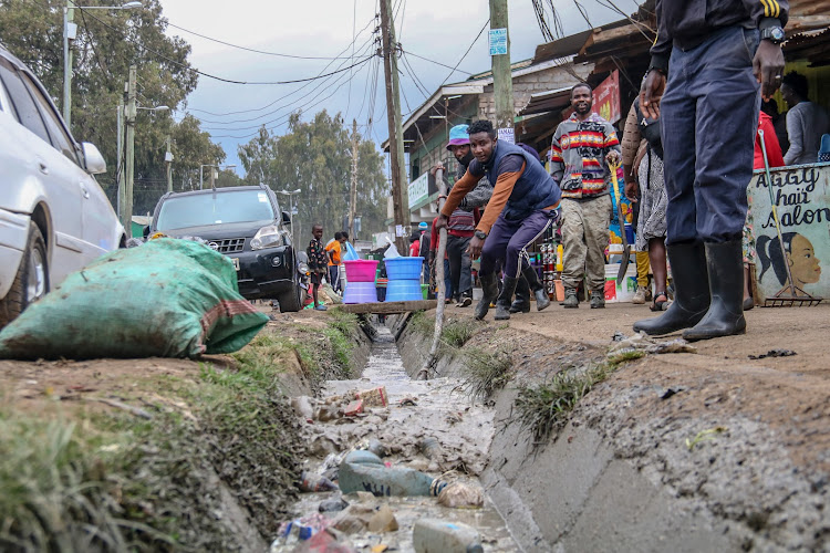 Kibera youths at Makina on 16th July 2020, participate in cleaning the streets with no proper protective gears.