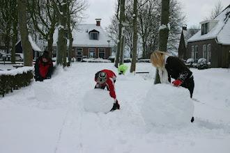 Photo: De onderdelen voor de sneeuwpop in voorbereiding