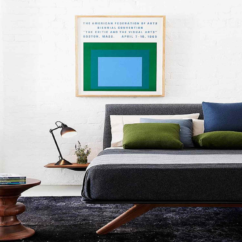 Lukisan dinding berpola geometri pada kamar tidur bergaya modern - source: thespruce.com
