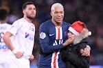 ? Mbappé deelt handtekening uit aan jonge fan... tijdens de wedstrijd tegen Amiens