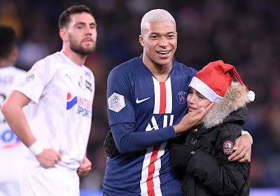 🎥 Mbappé deelt handtekening uit aan jonge fan... tijdens de wedstrijd tegen Amiens