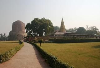 Photo: Oikealla jainalaisten temppeli Sarnathissa - siis hinduja, sikhejä, islaminuskoisia, jainalaisia, kristittyjä ...