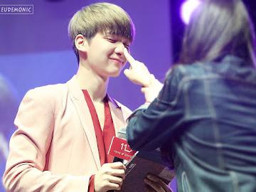 Vixx Hyuk's Nose got touched