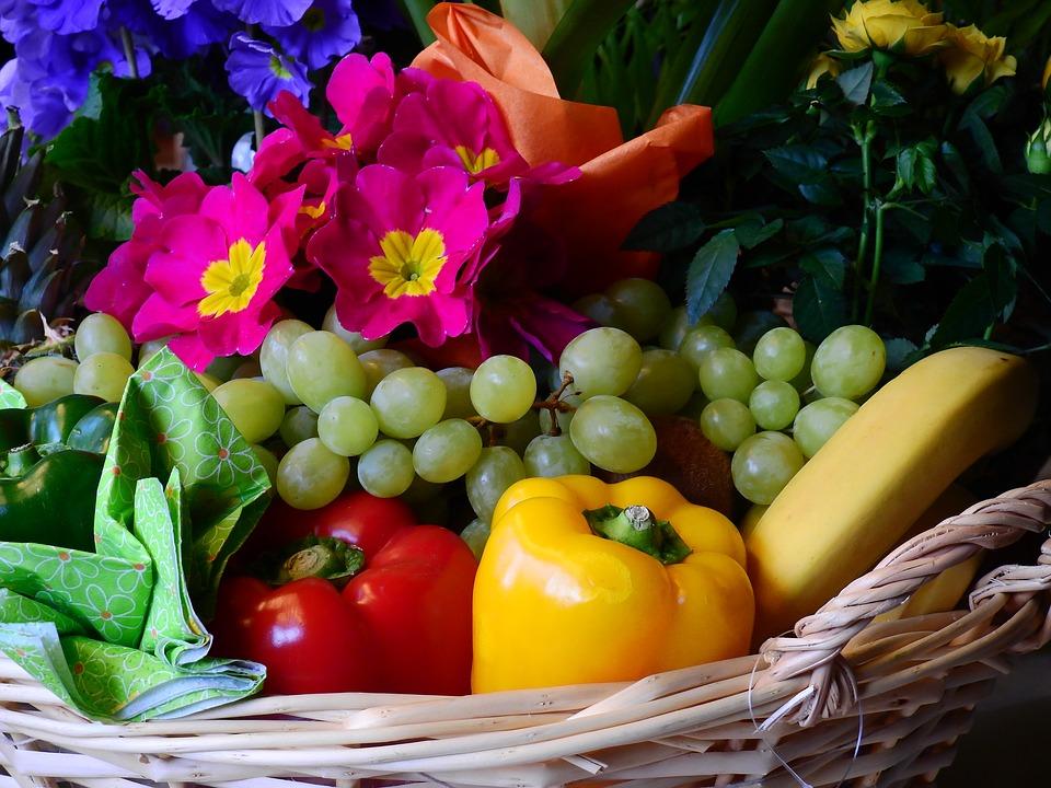 Cestas de frutas y flores, el regalo ideal para este verano