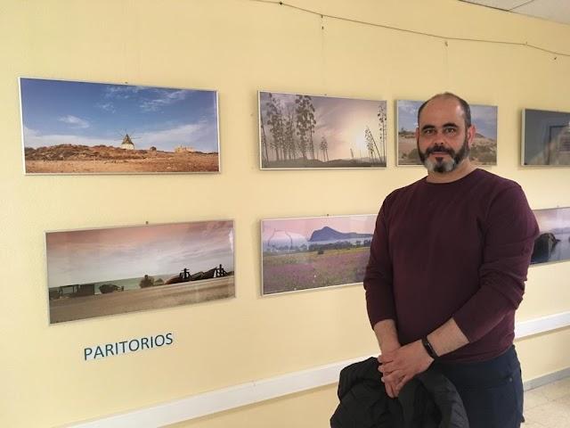 Francisco J. Silvente, uno de los ganadores, junto a algunas de las fotografías seleccionadas.