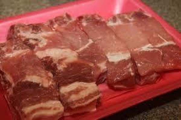 Sprinkle ribs with garlic powder, salt and pepper. Place ribs in large pan and...