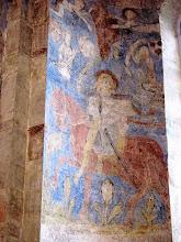 Photo: Martinskirche Neckartailfingen: Links vom Altarfenster: St.Martin als Kirchenpatron, über ihm zwei Stifterfiguren; darüber: zwei Engel tragen die Mantelhälfte Martins in den Himmel. (um 1300)