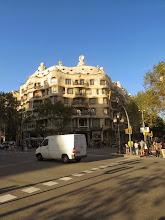 Photo: La Pedrera y una tráfic.  Está bastante difícil de fotografiar el edificio, les voy a decir.