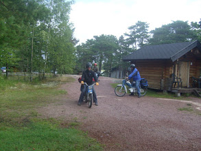 Photo: Mopedistit jonoon ja menoksi