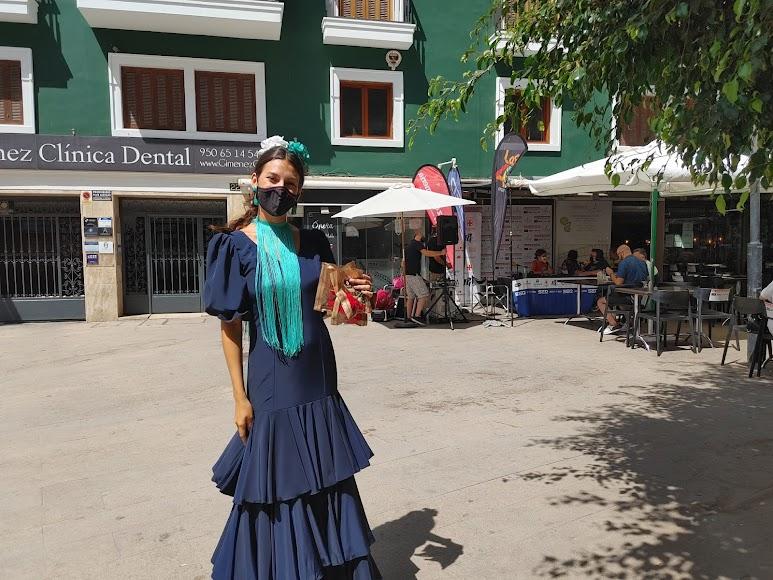 Lidia se encargó de repartir claveles a los que paseaban por la zona