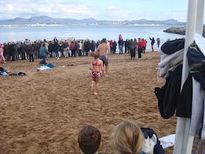 Photo: Tandis que les premiers sont déjà dans l'eau, Henri et Maelle se dépêchent de rejoindre le groupe !