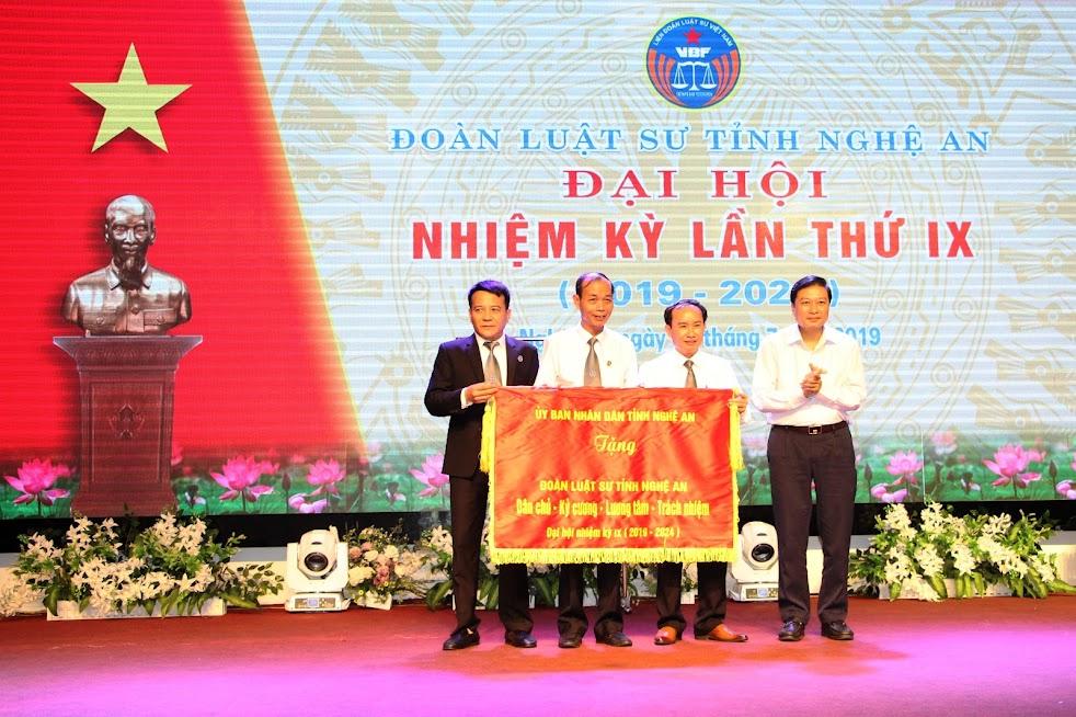 Đồng chí Lê Hồng Vinh – Phó Chủ tịch UBND tỉnh Nghệ An trao bức trướng của UBND tỉnh cho Đoàn Luật sư tỉnh Nghệ An
