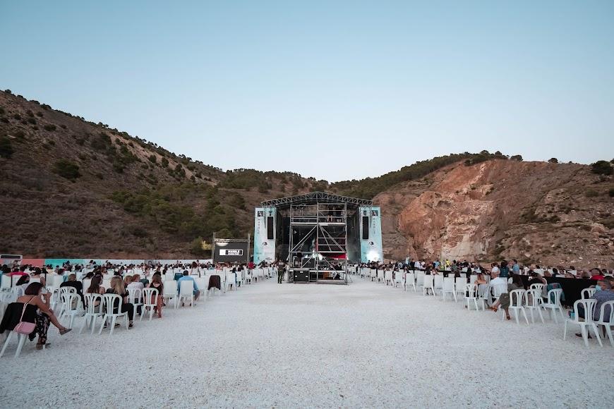 El concierto se realizó en una cantera de mármol