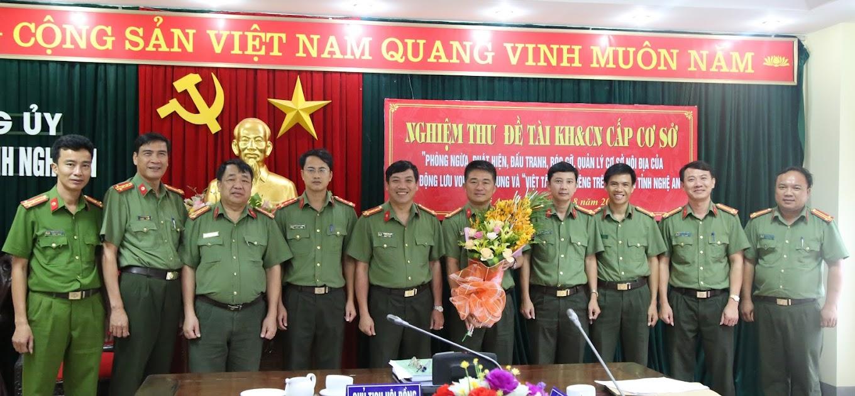 Các đại biểu chúc mừng thành công của Ban nghiên cứu đề tài.
